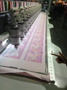 ずらりと並ぶ刺繍ミシン