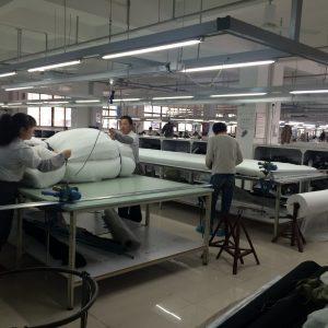 中綿の裁断中